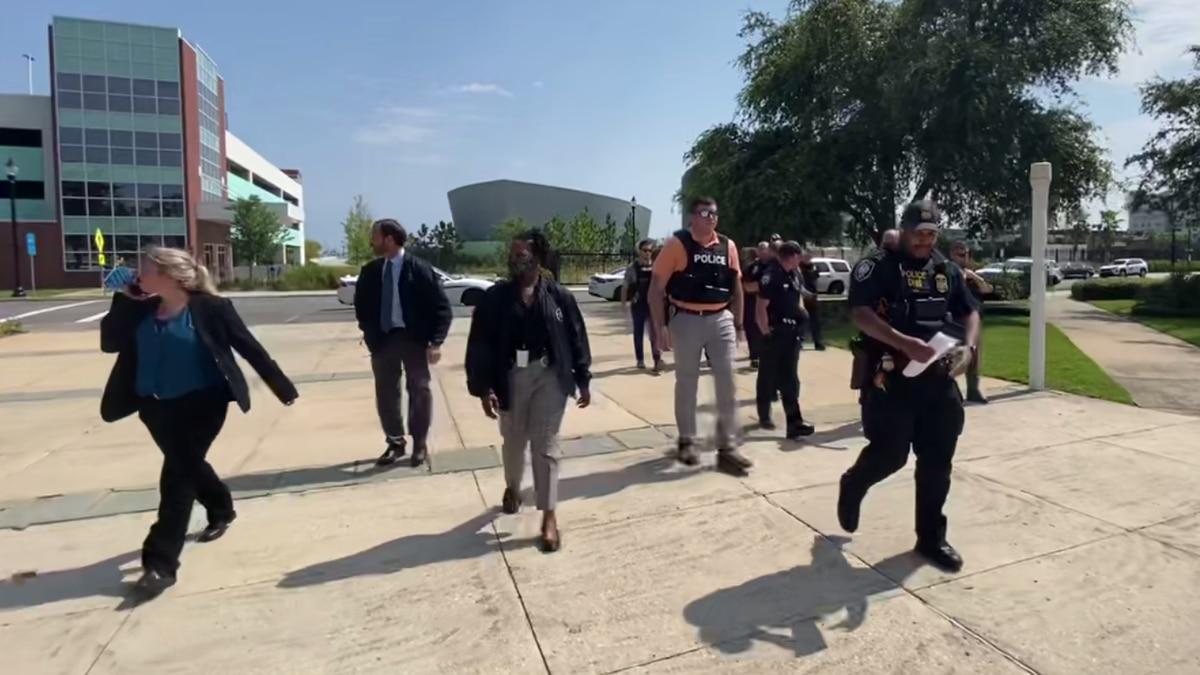 Gulfport police officers, U.S. marshals and a homeland security officer walk to the federal...